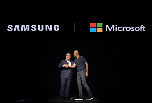 Samsung Electronics' IM Division Chief Koh Dong-jin (left) and Satya Nadella, CEO of Microsoft, shake hands at Samsung Galaxy Note 10 Unpacked event in New York on Aug. 7, 2019. [Photo provided by Samsung Electronics Co.]
