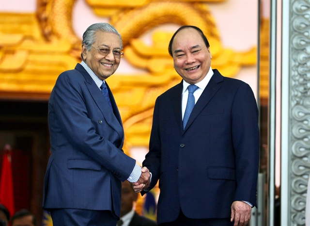 Prime Minister Nguyen Xuan Phuc welcomes his Malaysian counterpart Mahathir Mohamad. - VNA/VNS Photo Duong Giang