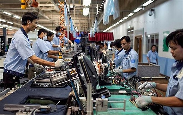 Growth softened in the Vietnamese manufacturing sector during August as slower client demand and the impacts of the US-China trade tensions restricted new orders and production. Photo tinnhanhchungkhoan.vn