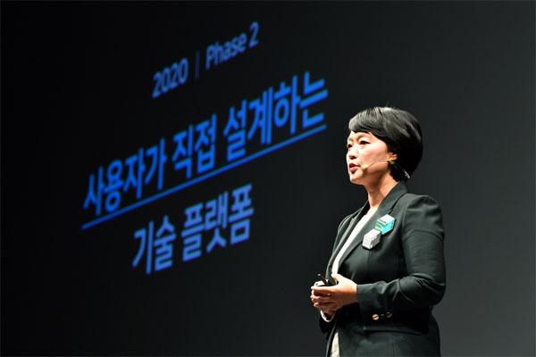 한성숙 네이버 대표가 8일 서울 삼성동 그랜드 인터컨티넨탈 서울 파르나스에서 열린 `네이버 커넥트 2020`에서 인플루언서 검색 등 창작자 생태계 강화 방안을 발표하고 있다. [사진 제공 = 네이버]