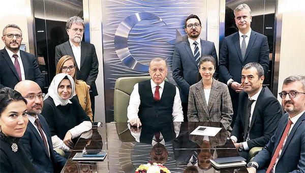 레제프 타이이프 에르도안 터키 대통령(가운데)이 15일(현지시간) 친정부 인사·기자와 함께 아제르바이잔에서 귀국하는 전용기를 타고 있다. 마이크 펜스 미국 부통령은 17일 터키의 쿠르드족 공격 사태를 수습하기 위해 에르도안 대통령을 만날 예정이다. [AP = 연합뉴스]