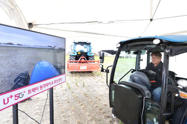 A farmer is pictured to tramp down the earth in his farm using tractor remote control and autonomy technology over the 5G network in Beopgot-dong, Ilsan Seo-gu, Gyeonggi on Tuesday. [Photo by LG Uplus]