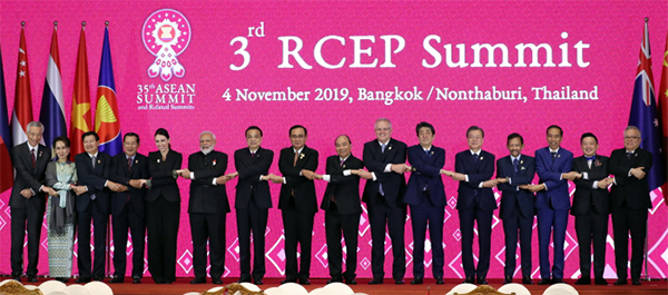 The leaders of ASEAN, South Korea, Japan and China pose for commemorative photos at the 22nd ASEAN Plus Three summit held at the IMPACT Forum building in Bangkok on Oct. 4, 2019. At the summit, South Korea's President Moon Jae-in called for stronger regional cooperation and efforts to safeguard free trade. [Photo provided by Lee Chung-woo]