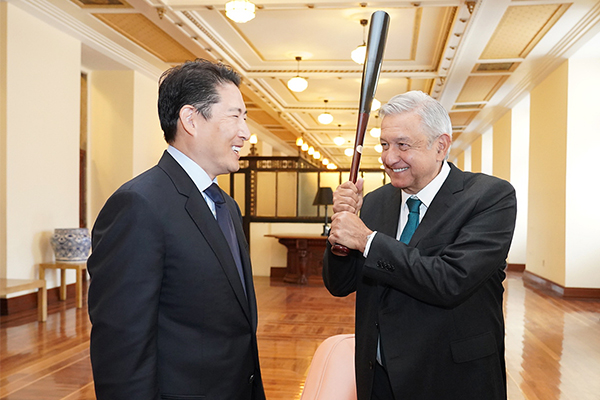 Hyosung Chairman Cho Hyun-joon (left) meets with Mexican President Andres Manuel Lopez Obrador at the Presidential Palace in Mexico City on Wednesday to discuss plans for business cooperation. Cho gave a baseball bat with the signature of South Korean baseball player Choo Shin-soo who plays for the Texas Rangers of Major League Baseball, to Obrador who is known as a huge fan of baseball. [Photo by Hyosung]