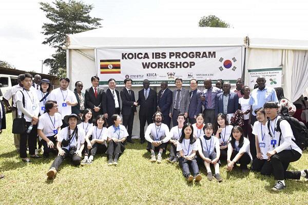 우간다 한국형 농축산 시범단지 개소식에 참석한 이글벳 대표와 관계자가 기념사진을 촬영하고 있다.[사진제공=이글벳]