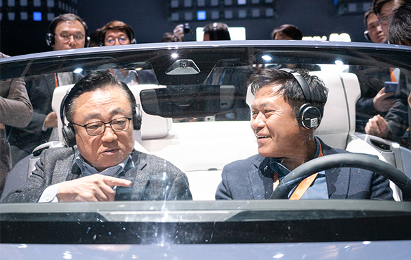 SK Telecom CEO Park Jung-ho (right) and Samsung Electronics CEO Koh Dong-jin [Photo provided by SK Telecom Co.]