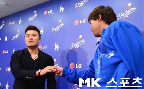 지난 2013년 7월 맞대결을 펼친 추신수와 류현진이 경기 후 인사를 나누고 있다. 사진= MK스포츠 DB