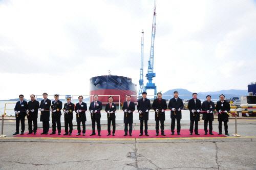 대한해운, 현대삼호중공업, KLCSM, 한국선급 관계자들이 SM GEMINI 1호의 인수식에서 기념사진을 찍고 있다. [사진 제공 = 대한해운]