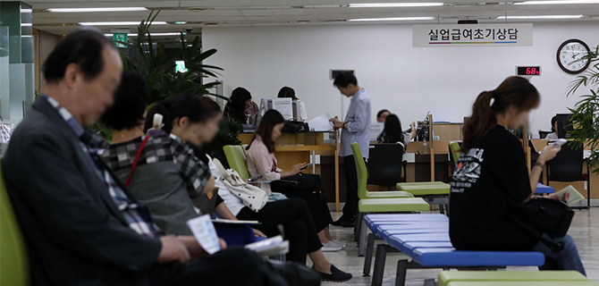 Job seekers are waiting for their turn to apply for unemployment benefits. [Photo by Han Joo-hyung]