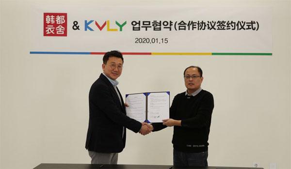 지난 15일 중국 최대 온라인 쇼핑몰 한두이서와 국내 미디어 플랫폼 케이블리가 한중 합작 패션 프로젝트에 관한 업무협약을 체결했다. 안우형 케이블리 대표(왼쪽)와 유학덕 한두이서 한국지사 수석대표가 협약을 체결한 후 악수하고 있다.  [사진 제공 = 케이블리]