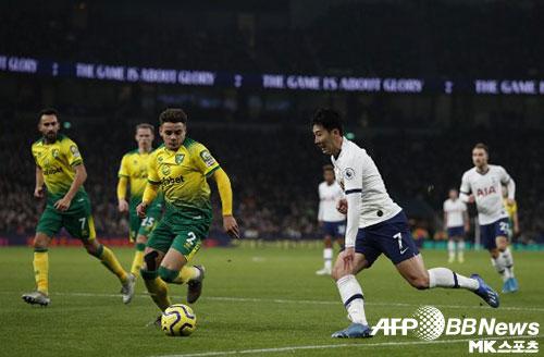 손흥민(오른쪽)은 23일(한국시간) 열린 2019-20시즌 프리미어리그 토트넘-노리치전에서 2골에 관여하며 토트넘의 승리를 견인했다. 사진(英 런던)=ⓒAFPBBNews = News1