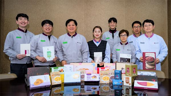 대두식품 직원들이 자사 제품을 들어 보이고 있다. [사진 제공 = 중소벤처기업진흥공단]