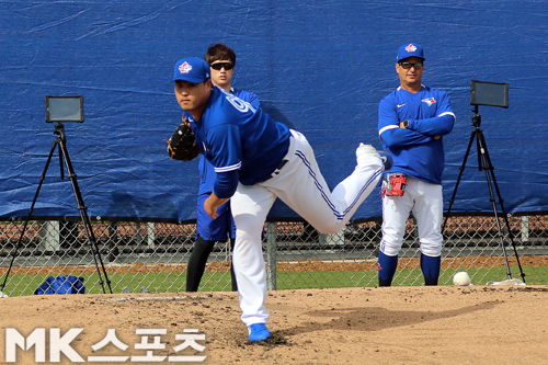 몬토요 감독이 류현진의 불펜 투구를 지켜보고 있다. 사진(美 더네딘)= 김재호 특파원