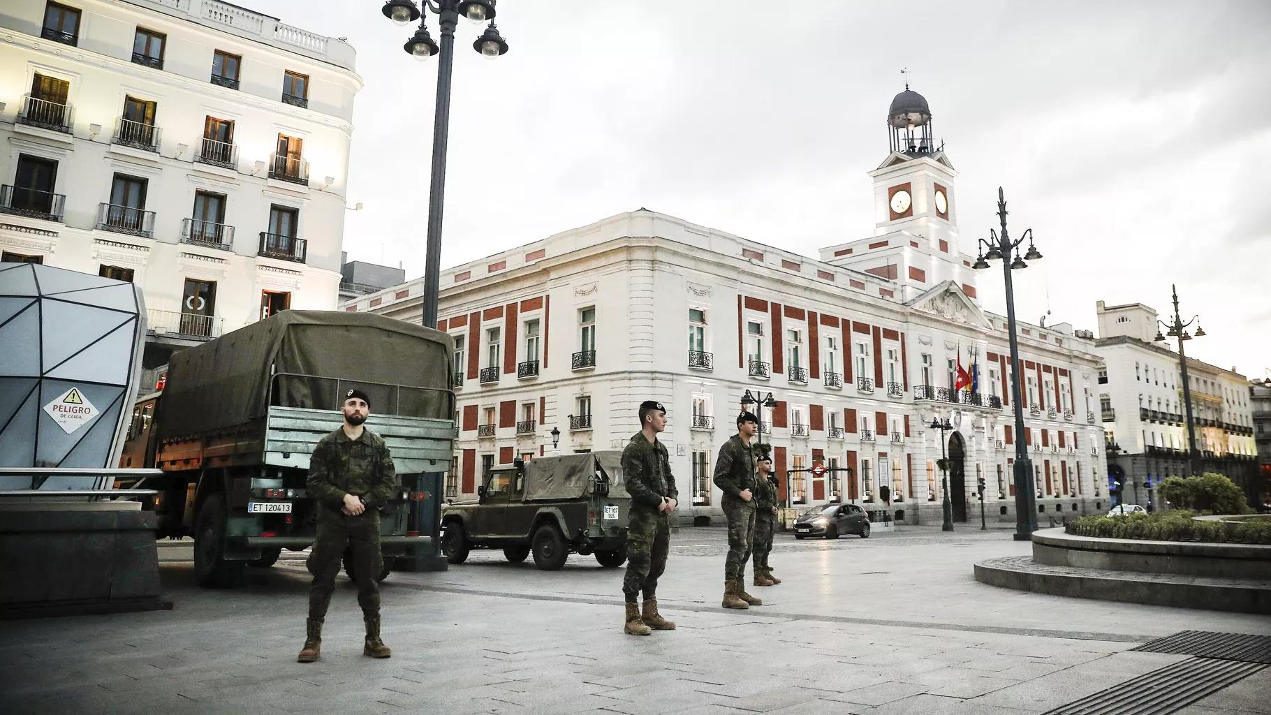 스페인 수도 마드리드 도심 푸에르타델솔에서 군인들이 `시민 이동 제한`을 위해 보초 서고 있는 모습. [출처 = 게티이미지·미국 VOX]