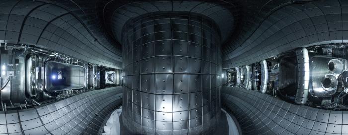 국가핵융합연구소의 `한국형 초전도핵융합연구장치(KSTAR)`의 핵심 장치인 토카막 내부. 자기장을 이용해 도넛 모양의 진공용기에 입자를 가두고 온도를 높여 플라스마 상태로 만든 뒤 핵융합 반응을 유도한다. [사진 제공 = 국가핵융합연구소]