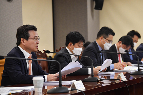 South Korea's Vice Finance Minister Kim Yong-beom (left) speaks during a meeting in Seoul on Mar. 26, 2020. [Photo by Yonhap]