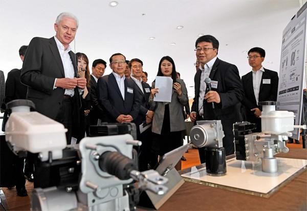 알버트 비어만 현대기아차 연구개발본부장(맨 왼쪽)이 지난해 5월 남양연구소에서 열린 `2019 상반기 R&D 협력사 테크데이`에서 전시물을 살펴보고 있다. [사진 제공 = 현대자동차그룹]
