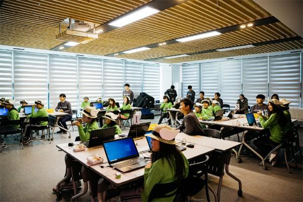 코로나19 확산 이전인 올해 1월 군산시 청년센터 강당에서 열린 `소프트웨어야 놀자` 프로그램에서 소프트웨어 창작을 실습하고 있다. [사진 제공 = 네이버]