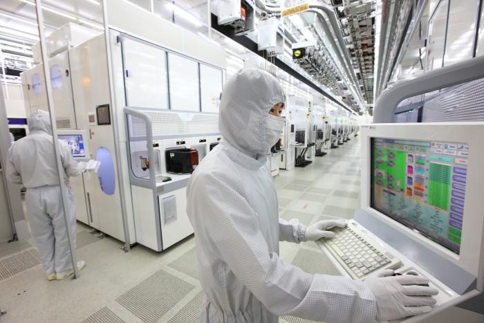 삼성전자 반도체 엔지니어가 반도체가 생산되는 클린룸에서 모니터를 보며 생산설비를 점검하고 있다. [사진 제공 = 삼성전자]