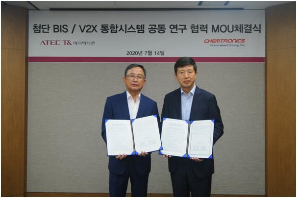 켐트로닉스 김보균 회장(왼쪽)과 에이텍티앤 신승영 회장(오른쪽)