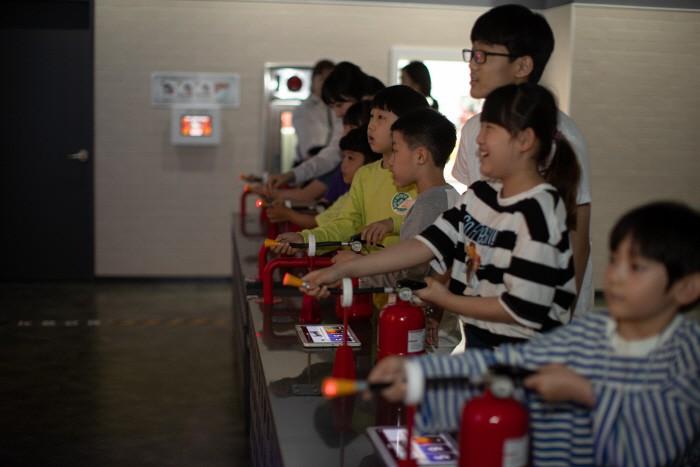 방탈출 게임으로 소화기 사용법을 배우는 학생들 [자료 제공 = 서울시물순환안전국]