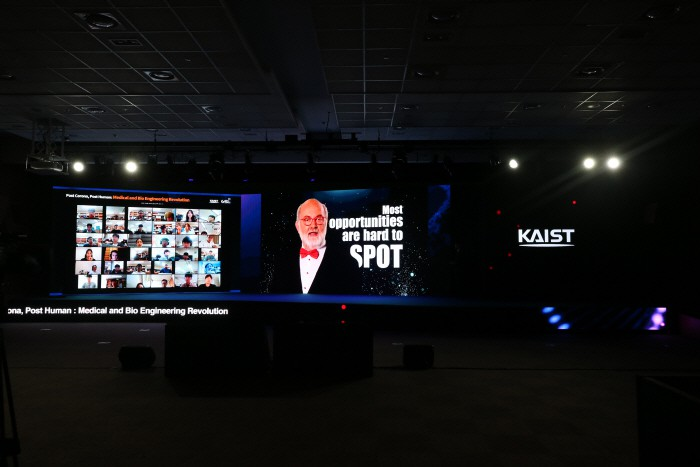 9일 KAIST가 개최한 `포스트 코로나 시대 이후 인류의 미래` 온라인 국제포럼에서 기조연설을 맡은 미래학자 토마스 프레이 미국 다빈치연구소장. [사진 제공 = KAIST]