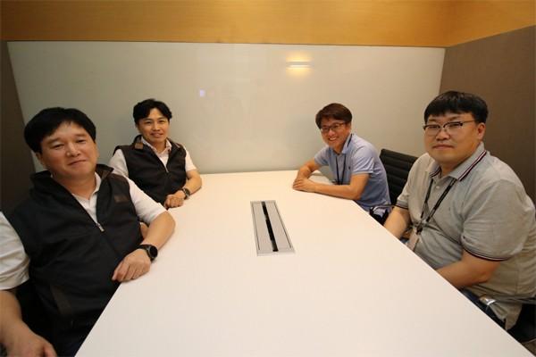 왼쪽부터 SK하이닉스 이은식TL, 오지환 기장, 한화정밀기계 최부관 수석연구원, 권종훈 책임연구원.