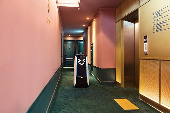 서울 화양동 H AVENUE에서 딜리타워가 호텔 복도를 다니고 있다.
