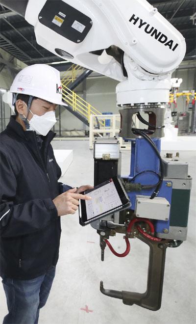 5G로 대용량 생산 데이터를 관리하고 고속 공정에서도 데이터를 실시간으로 대응할 수 있는 로봇 도입이 가속화하고 있다. 사진은 경기 광주시 현대로보틱스 쇼룸에서 작업자가 로봇을 모니터링하고 있는 모습.  [사진 제공 = KT]