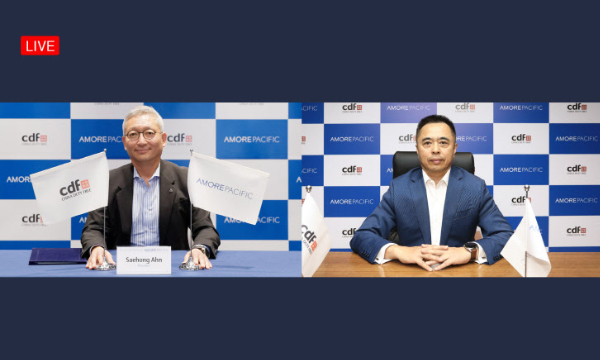 Amorepacific CEO Ahn Se-heong (left) and China Duty Free Group President Charles Chen attend the partnership agreement signing ceremony held virtually on Tuesday. [Photo provided by Amorepacific Corp.]