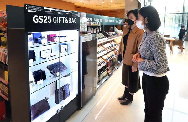29일 서울 강남구 GS25 파르나스타워점에서 고객들이 명품 진열대를 보고 있다. GS리테일은  편의점 최초로 명품 판매를 시작했다. [이충우 기자]
