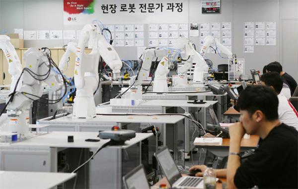 LG전자가 협력사들의 공장 자동화를 위해 협력사 직원들에게 제공하는 로봇 자동화 기술 교육의 현장 모습. [사진 제공 = LG그룹]