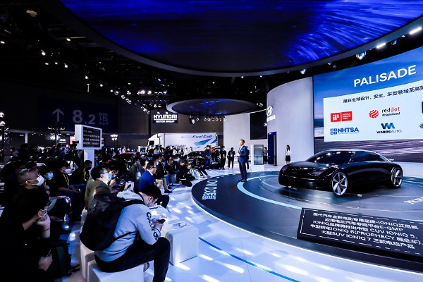 A Hyundai Motor official explains about the automaker's future green car strategy at China International Import Expo that kicked off on Nov. 4. [Photo provided by Hyundai Motor Co.]