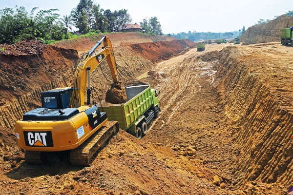 An excavator loads a dump truck at the construction site of the Serang-Panimbang toll road in Pasarkeong, Lebak regency, Banten, in this undated file photo. (Antara/Muhammad Bagus Khoirunas)