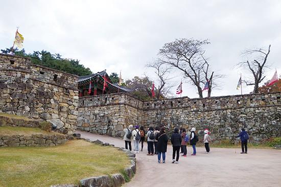 조선 시대에 왜구를 막을 목적으로 돌을 쌓아 만든 고창읍성