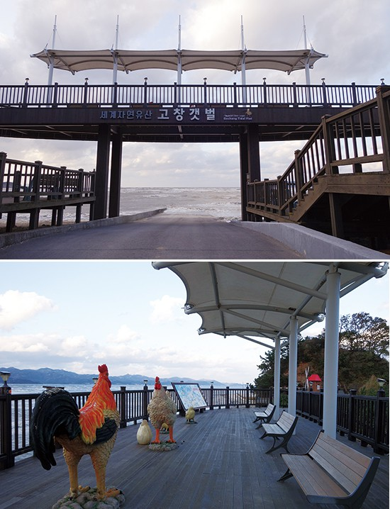 만돌갯벌 앞쪽 바닷가에 있는 서해안 바람공원. 높직하니 전망대를 만들고 의자를 배치해 편하게 석양을 즐길 수 있다.