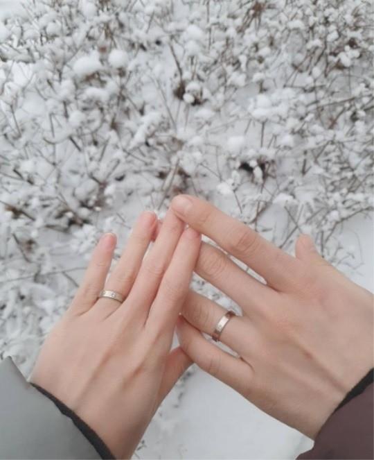 심은진은 이달 12 일 소셜 미디어에 결혼 반지를 끼고있는 사진을 올린 뒤 혼인 신고를 마치고 법정 남편이됐다고 직접 발표했다.  사진 ㅣ 심온 진 인스 타 그램