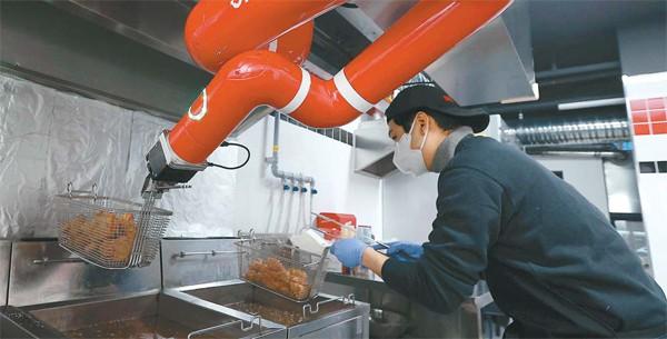 로봇과 프라이드 치킨 1 분만에 완전히 패배 … 치킨 하우스 알바 제로 시대가오고있다