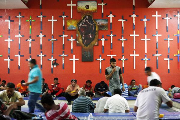 24일(현지시간) 멕시코와 과테말라 간 국경에 인접한 멕시코 타바스코주 테노시케의 이주민 쉼터 `라 72`에서 이주민들이 저녁 식사를 하고 있다. 프란체스코 수도회에서 설립한 이 쉼터는 이주민들이 휴식을 취할 수 있도록 필요한 옷이나 식량, 응급 처치 등 인도주의적 지원을 제공한다. [AP = 연합뉴스]