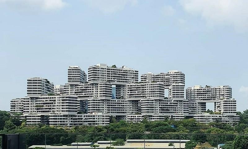 싱가포르 퀸즈타운에 위치한 아파트 단지 '더 인터레이스' 전경. 2013년 지어진 이 건물은 전형적인 타워형 빌딩의 틀을 깨고 아파트 건물을 블록처럼 쌓은 독특한 디자인으로 주목을 받았다. /사진=송경은 기자