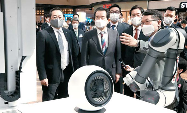 정세균 국무총리(왼쪽 둘째)와 구자열 한국무역협회장(맨 왼쪽)이 10일 오후 서울 코엑스에서 열린 `CES 2021 혁신상 수상 제품전`에서 자율주행 방역로봇 `코로봇`을 살펴보고 있다. [이승환 기자]