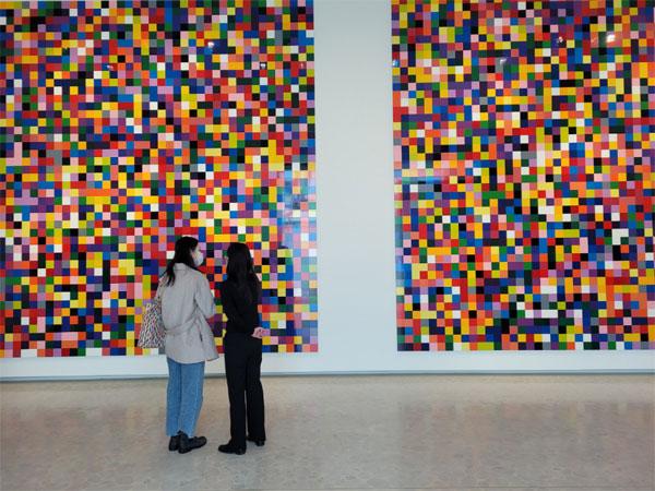 관람객들이 청담동 에스파스 루이비통서울에 펼쳐진 리히터 작품 `4900가지 색채`를 감상하고 있다. [전지현 기자]
