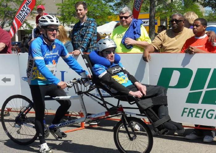 마비 된 그의 아들은 휠체어를 밀며 40 년 동안 아이언 맨 게임을했던 '전설'의 세계에 들어간다.