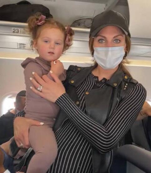 가족 용 비행기에서 내린 승무원은 2 살짜리 딸을 가리기를 거부했다.