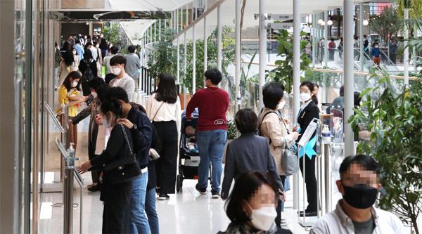 1분기 국내총생산(GDP)이 코로나 이전 수준을 회복한 가운데 27일 서울 더현대백화점이 손님들로 붐비고 있다. [이승환 기자]