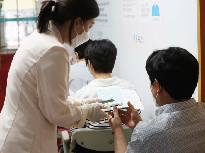 People who received Corona 19 vaccination at the Jung-gu Health Center in Seoul on the afternoon of the 28th are waiting for their state after vaccination. [이충우 기자]