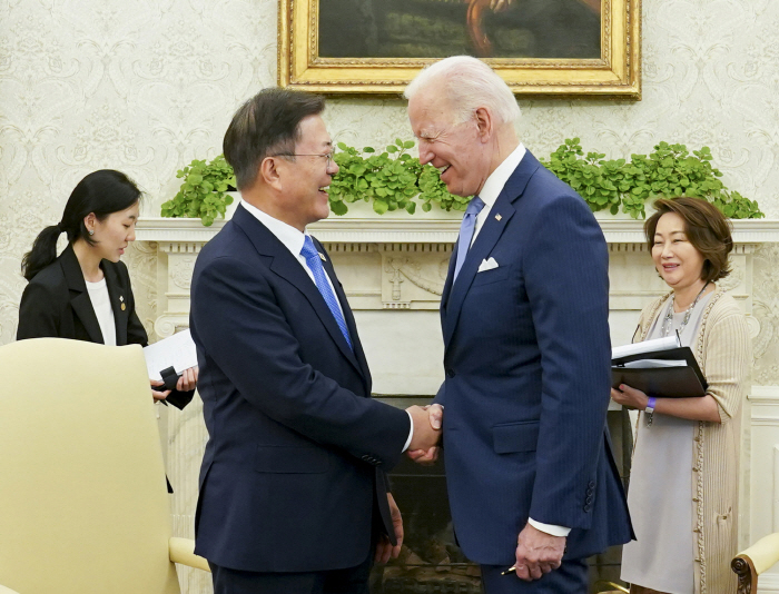 President Moon Jae-in and U.S. President Joe Biden are in conversation at a small-government meeting held at the Oval Office of the White House on the afternoon of the 21st (local time). [사진 = 연합뉴스]