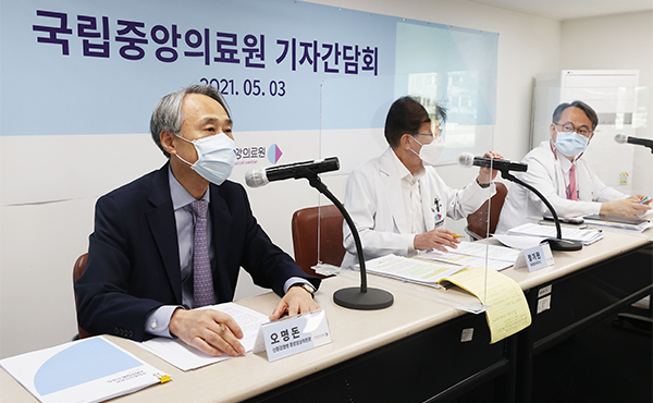 (Far left) Oh Myung-don, chairman of the Central Clinical Committee for Emerging Disease Control [Photo by Yonhap]