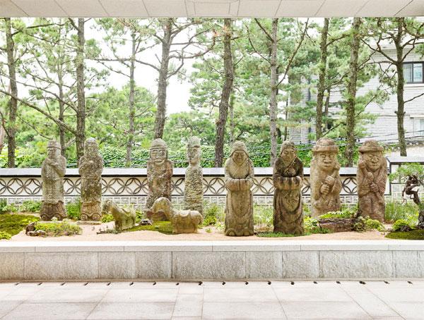 우리옛돌박물관 입구에 전시된 석상들. 아이를 안고 있는 석인, 부처가 열반할 때의 모습이 표현된 열반상 등이 있다. [사진 제공 = 옛돌박물관]