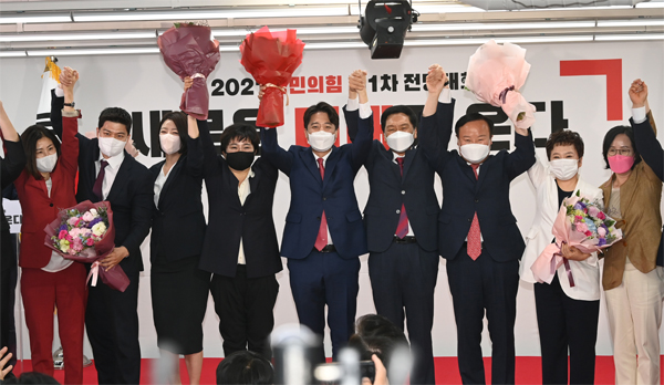Candidate Jun-seok Lee was elected to the 30th representative for the first time in history at the National Strength of the People convention held on the 11th. [사진출처=연합뉴스]